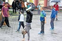Dobré srdce Krnova se jmenuje nejen sbírka, ale také celodenní akce pro děti a mládež, která se konala v srpnu na krnovském náměstí. Účastníky od tance, hudby, sportování a dobročinnosti neodradilo ani deštivé počasí.