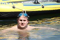 Pavel Poljanský si na Slezské Hartě vyzkoušel, jak se mu poplave s člunem za sebou. Na něm bude mít uložené věci a na přídi člunu bude kamera, která celou plavbu zaznamená.