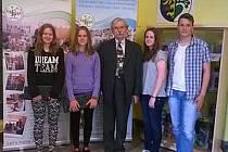 Spolužáci z 9. A Dan Ondrašík, Mirka Musilová, Petra Kociánová a Nikola Šimečková, kteří se programované výuce psaní ZAV věnují od čtvrté třídy.