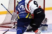 Hodně tvrdý zápas sehráli krnovští hokejisté na ledě Rožnova a konečně zvítězili. Na snímku v modrém Tomáš Michálek.