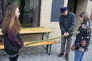 Školáci ve Městě Albrechticích se rozhodli spojit pomlázky do dlouhého hada. Podařilo se jim společnými silami uplést pomlázku dlouhou 137 metrů.