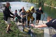 Společného cvičení policejních a báňských potápěčů u zatopeného lomu Šifr u Svobodných Heřmanic.