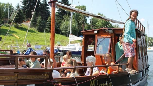 Jako v roce 1492 si mohou připadat turisté, kteří se vydají o dovolené nebo o prázdninách do přístavu v Leskovci nad Moravicí. Po přehradě Slezská Harta vozí rekreanty replika Kolumbovy historické lodi Santa Maria.
