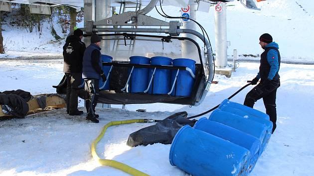 Ve ski areálu Kopřivná v Malé Morávce se na lanovce v těchto dnech místo lyžařů vozí sudy naplněné vodou. Provozovatelé skiareálu testují novou šestisedačkovou lanovku.