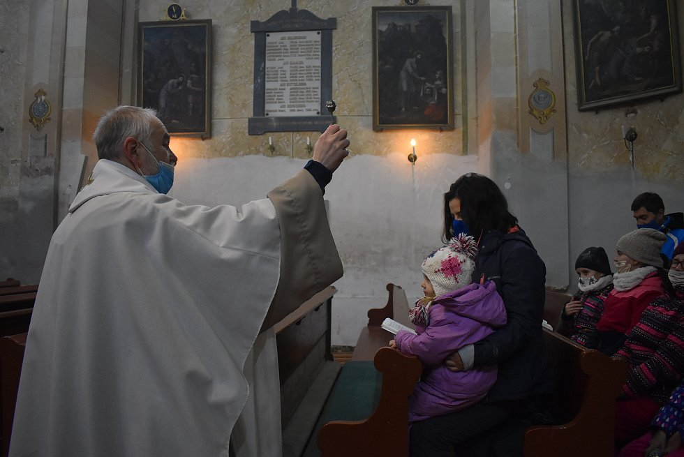 Farář Pavel Zachrla pojal liturgický obřad žehnání vody, kadidla a křídy velmi didakticky.