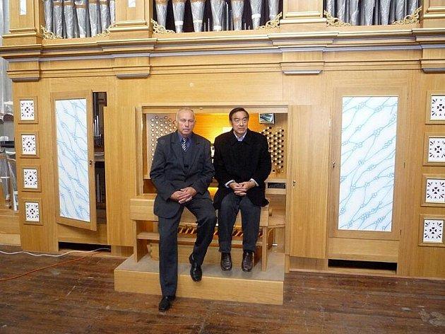 Svatopluk Ručka na snímku představuje čerstvě dokončené varhany čínskému partnerovi. Ručka stál v čele Rieger Kloss Varhany už od roku 1992, kdy fabrika ještě fungovala jako státní podnik.