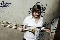 Jednadvacetiletou Ivanu Zdrálkovou znají Krnováci z Dechového orchestru mladých nebo si ji možná pamatují jako brigádnici z klubu Kofola. Jako pozounistka symfonického orchestru se zúčastnila turné Rock Meets Classic Tour 2013.