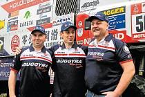 Posádka kamionu Martina Kolomého, který je zcela vpravo. Uprostřed stojí navigátor Rostislav Plný a vedle něj mechanik Jiří Stross.