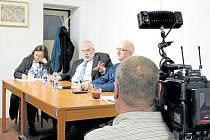 Přednáška právníka Radka Ondruše (vlevo) v Nových Heřminivech vzbudila značný zájem médií.