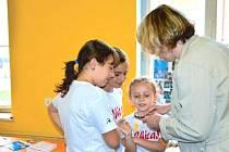 Děti z bruntálského Střediska volného času se radují z nových pomůcek, na které poskytl peníze Krajský úřad Moravskoslezského kraje v Ostravě.