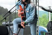 Bez fichtla, ale za to s výbornou náladou a rázovitou písní na rtech bavil celé odpoledne festivalové publikum komik Ruda z Ostravy alias Michal Kavalčík.