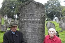 Program letošního česko-německo-polského týdne zavedl účastníky i na osoblažský hřbitov. Na snímku osoblažský rodák JUDr. Lothar Schütz (85 let) a krnovská rodačka Emma Kognitzki (91 let) stojí u hrobu Wolfa Schulhabera.