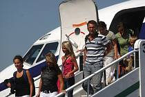 Třiasedmdesát klientů cestovní kanceláře Sunny Days, kteří si nedobrovolně prodloužili pobyt v Tunisku, přistálo dnes krátce před jedenáctou hodinou na mošnovském letišti.