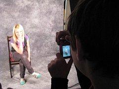 Školní klubovna se změnila v téměř profesionální fotoateliér.