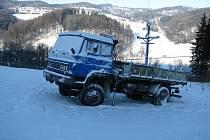 Náklaďák zaparkovaný na sjezdovce ve Vraclávku přímo pod lanem lyžařského vleku vypadá jako vtip či recese. Ve skutečnosti jde o další kolo boje mezi majitelem vleku Pavlem Štanglerem a majitelem pozemku Karlem Kocourkem.