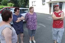 Nespokojení nájemníci. Zuzana Nováková, Dana Marková, Naďa Crháková a Mirek Tiahnibok (zleva) nevěří, že to město s opravami jejich bytů a domů myslí vážně.
