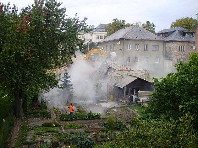 Vybydlená ruina zmizela zkřižovatky vrbenských ulic Husova a Žižkova. Chátrající objekt se zastupitelé rozhodli neprodat, a tak musel kzemi.