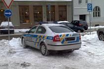 Václav Sábo si jako důkaz opatřil fotografii, na níž je zachycen policejní služební vůz  parkující na místě vyhrazeném pro invalidy.