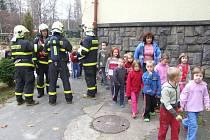 Cvičení bruntálských profesionálních hasičů, které proběhlo 2. listopadu, si vybralo neobvyklé dějiště - Mateřskou školku Mahenova na Komenského ulici v Bruntále.