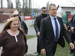 Ministr Jiří Dienstbier si prohlédl bruntálskou západní lokalitu, jenž bývá označována kvůli skladbě tamních obyvatel jako problémová.