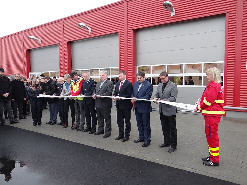 Ve Městě Albrechticích se v úterý otevřelo nové výjezdové centrum, kde mají svou základnu dobrovolní hasiči a zdravotničtí záchranáři. Vybudování a vybavení centra přišlo na téměř 28 milionů korun, většinu pokryla evropská dotace.