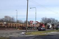 Městský úřad Města Albrechtic vyzval občany, aby při příchodu nebo na odchodu z vlakového nádraží nechodili přes pozemek, kde se skládkuje nebo nakládá dřevo na vagóny.