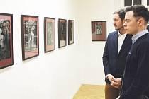 Petr Sikora (vlevo) byl jedním z fotografů, který se rovněž zúčastnil slavnostní vernisáže ve Flemmichově vile.
