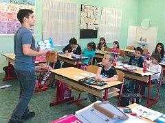 Stážista Ahmet Üstün z Turecka vyučuje na Petrině anglický jazyk.