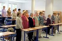 Tito posluchači Univerzity třetího věku Slezské univerzity minulý týden v Krnově slavnostně přezvali osvědčení o úspěšném absolutoriu.