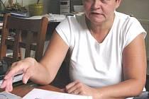 Starostka Dana Selingerová nad historickými materiály obce z let 1945 až 1960, kdy se stal Ludvíkov součástí sousedního Vrbna pod Pradědem.