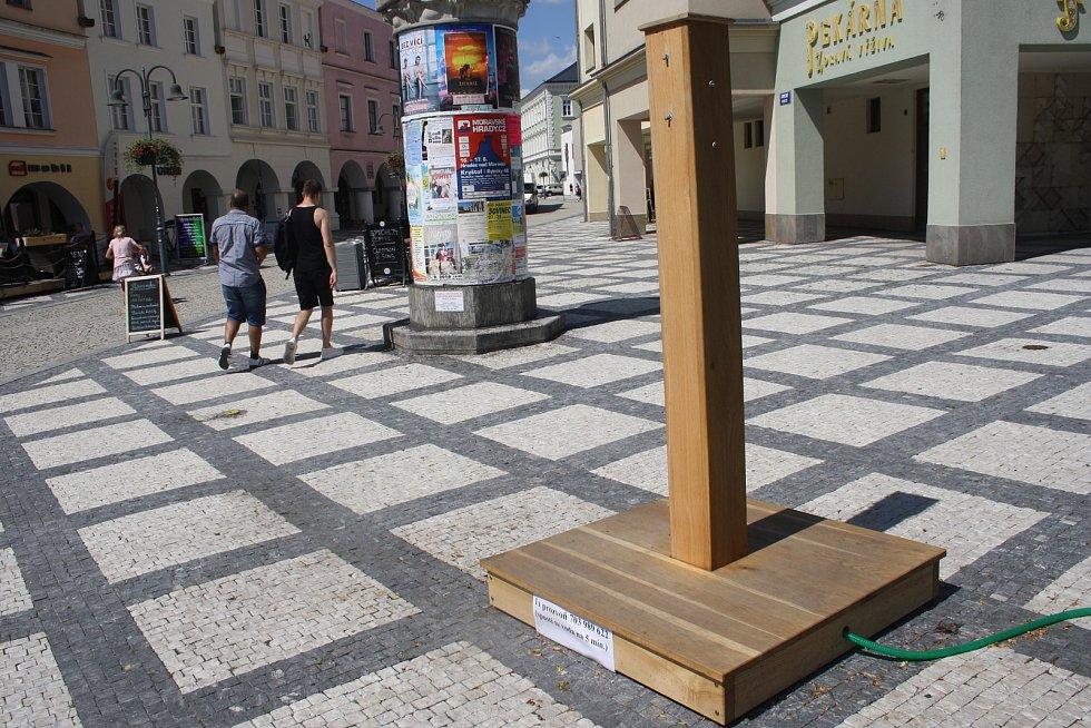 Dřevěný stojan s tryskami na výrobu osvěžující vodní mlhy lze ovládat mobilem. V nejhorším vedru byl ale mimo provoz.