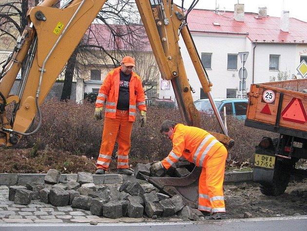 Kruhový objezd u obchodního domu Albert v Krnově prochází opravou.