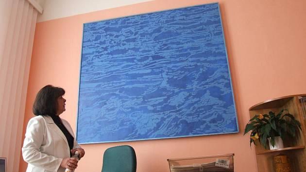 Jeden z obrazů Josefa Odrášky visí v kanceláři krnovské starostky.