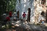Dobrovolníci přijeli do Pelhřimov z celé republiky, aby pomáhali archeologům a pracovali na obnově gotického kostela v zaniklé obci.