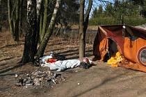 Má malý stan a na nohy mu táhne. Tak se musí cítit bezdomovec, který se usadil ve stanu poblíž lesní školy na Uhlířské ulici v Bruntále.