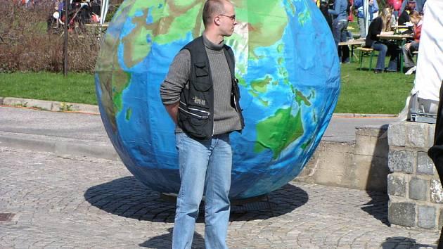 Krnovským oslavám vždy dominuje obří globus.