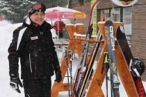 K červené a černé sjezdovce přepravuje zimní rekreanty v lyžařském areálu Klobouk v Karlově pod Pradědem nová dvousedačková lanovka.