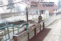 Vodní elektrárna díky svému propojení s restaurací U jezu více než dvacet let zpříjemňuje posezení u řeky.