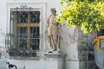 Jindřichov je právem pyšný na svůj zámek obklopený parkem, sochami a altány. V sobotu 5. září se zde odehraje festival Jindřichov se baví, ale veřejnost si může zámecké zahrady prohlížet každý den.