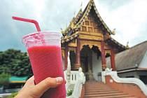 Ovocný šejk přijde vhod. V Thajsku je právě období dešťů, teploty jsou ale stále vysoké.