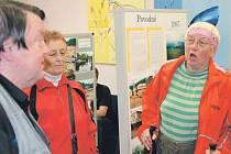 Autor knihy Karel Michalu v rozhovoru s obyvateli města o povodních v roce 1997. Vpravo pamětnice Jitka Stiborová.