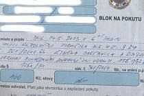 Pokuta uložená za krátké zastavení kvůli naložení zboží před obchodem na Revoluční ulici v Krnově.