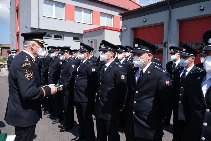 Letos je předávání medailí hasičkám a hasičům HZS MSK komornější – jen podle okresů a bez diváků. Zde bruntálští hasiči.