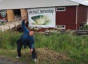 Hod sledí hlavou je podivná lehkoatleticko-rybářská disciplína.