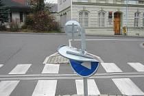 Oblíbenou kratochvílí vandalů je likvidace dopravních značek v ulicích města Bruntálu.
