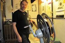 Pavel Tomešek, vedoucí kina Mír 70, v promítací kabině kontroluje první filmy sedmdesátky, které o víkendu dorazily do Krnova. Každý kotouč musí převinout a zkontrolovat, zda drží slepené části pohromadě.
