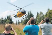 Vyhlídkový vrtulník poletí nad Jeseníky z Karlova pod Pradědem i tento víkend. V každém asi dvacetiminutovém letu jsou tři volná místa.