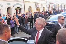 Prezident Miloš Zeman v roce 2014 navštívil Krnov. Zajímalo ho, co se stalo s jeho oblíbenou krnovskou vinárnou Morava, která před povodněmi 1997 sídlila v refektáři kláštera minoritů.
