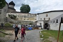 Kouzla Jiříkova na Bruntálsku objevili i filmaři, kteří zde natočili skvělé filmy Divoké včely a Podvraťáci. Pro úplnost dodejme, že sem patří také hrad Sovinec, kde se natáčel výpravný historický velkofilm Juraje Jakubiska Bathory.