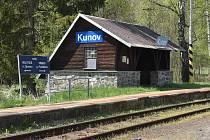 """Dnešní nádraží Kunov se původně jmenovalo Fabrik, protože zde vystupovali dělníci pracující v textilkách a továrnách. Kunov byl """"průmyslovou zónou"""" Nových Heřminov."""